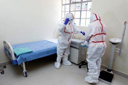 Médicos en un hospital (REUTERS/Njeri Mwangi)