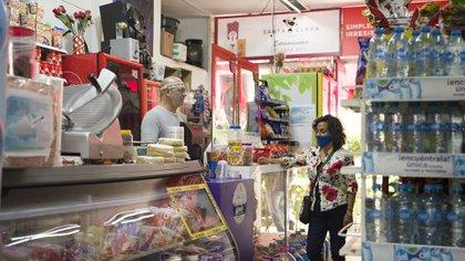 Las tiendas de abarrotes han debido adaptarse a las nuevas medidas sanitarias y de higiene (Foto: Industria Mexicana de Coca-Cola)