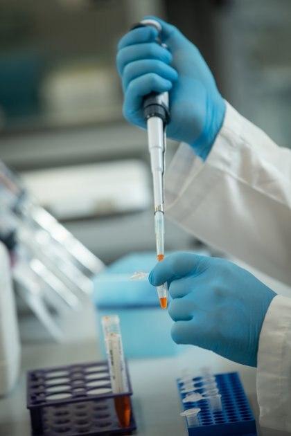 Si bien a más largo plazo las vacunas serían la estrategia ideal, estas implican tiempos más extensos de desarrollo y posible disponibilidad