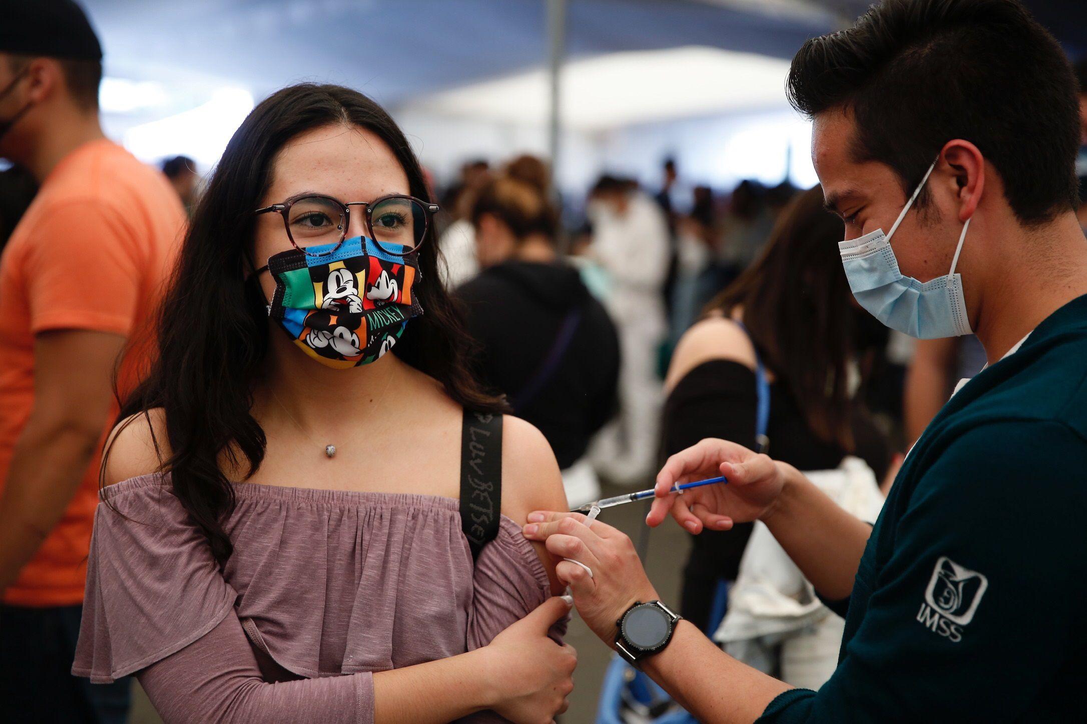 Personal de salud, vacuna a jóvenes contra la covid 19, este 15 de septiembre en el Campo Marte, de la Ciudad de México. EFE/Carlos Ramírez