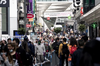 Muchos belgas salieron a caminar por la calle Neuve - Nieuwstraat en el centro de Bruselas