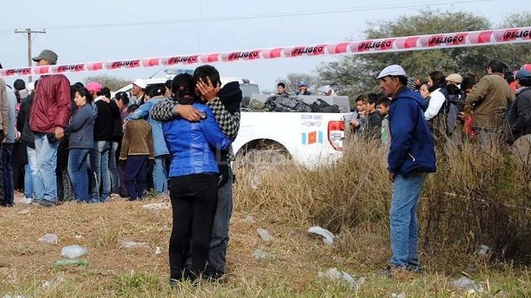 El hallazgo del cadáver de Marito Salto en Quimilí. Alguien contiene a Mario, su padre, mientras llora