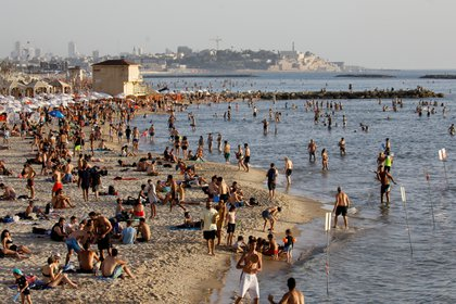 Israelies disfrutando de la playa cerca de Tel Aviv  REUTERS/Amir Cohen/File photo/File Photo