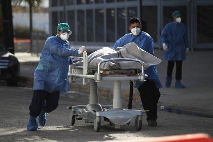 """""""Estamos aquí luchando enfermeras, doctores y nosotros (familiares)"""", concluyó. (Foto: EFE)"""