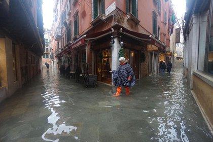 La marea alta superó el nivel de un metro sobre el nivel del mar en Venecia (EFE/EPA/ANDREA MEROLA)