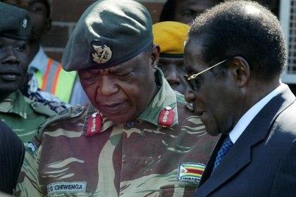 El presidente Robert Mugabe habla con el General Constantino Chiwengaen una foto de 2008 (REUTERS/Philimon Bulawayo/archivo)