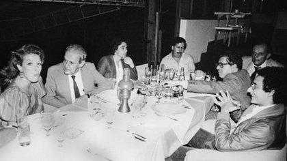 Foto original Pablo Escobar en la mesa comiendo (Foto: Especial).
