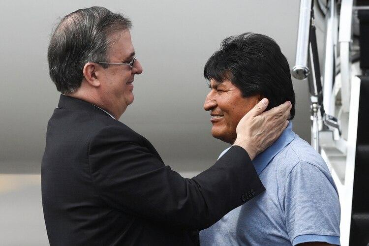 El canciller mexicano, Mareclo Ebrard, fue quien recibió al ex presidente de Bolivia, Evo Morales. (Foto: Edgard Garrido/Reuters)