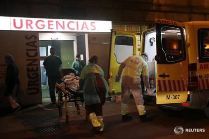 Trabajadores de la salud sacan un paciente de una ambulancia en urgencias del hospital de La Princesa de Madrid, España. 25 marzo 2020. REUTERS/Susana Vera