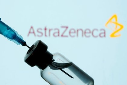 IMAGEN DE ARCHIVO. Un vial y una jeringa se ven frente al logo de AstraZeneca en la ilustración tomada el 11 de enero de 2021. REUTERS/Dado Ruvic