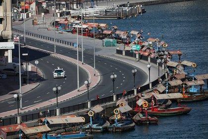 En los EAU se decretó el aislamiento obligatorio de la población (Reuters)