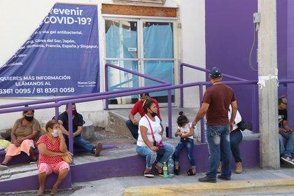 Familiares aguardan información sobre pacientes con COVID-19 frente al Hospital Regional de la ciudad de Monterrey, Nuevo León (Foto: EFE / María Julia Castañeda)