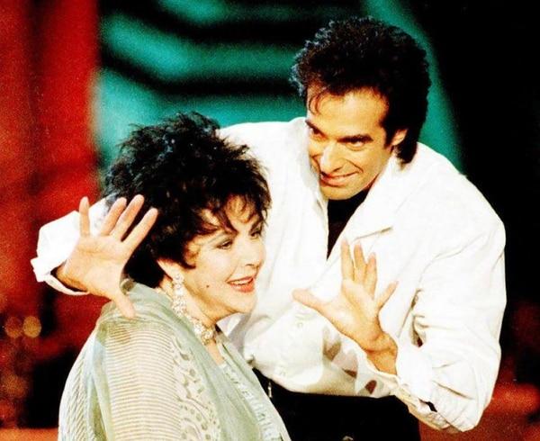 David Copperfield junto con Elizabeth Taylor en uno de sus espectáculos