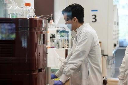 El asistente de investigación Yi Kuo, de la compañía de medicinas ARN Arcturus Therapeutics, lleva a cabo una investigación (Reuters/ Bing Guan)