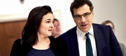 Schrage junto a Sandberg, directora de operaciones de Facebook
