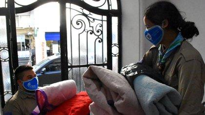 Múltiples asociaciones crearon Abrigados, una campaña que tiene como objetivo llevar frazadas y ropa de abrigo a personas que viven en barrios vulnerables y que actualmente se ven muy afectadas por la situación que genera el COVID-19