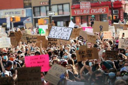 Parte de las protestas pacíficas durante el día, en la zona de Times Square (Reuters)