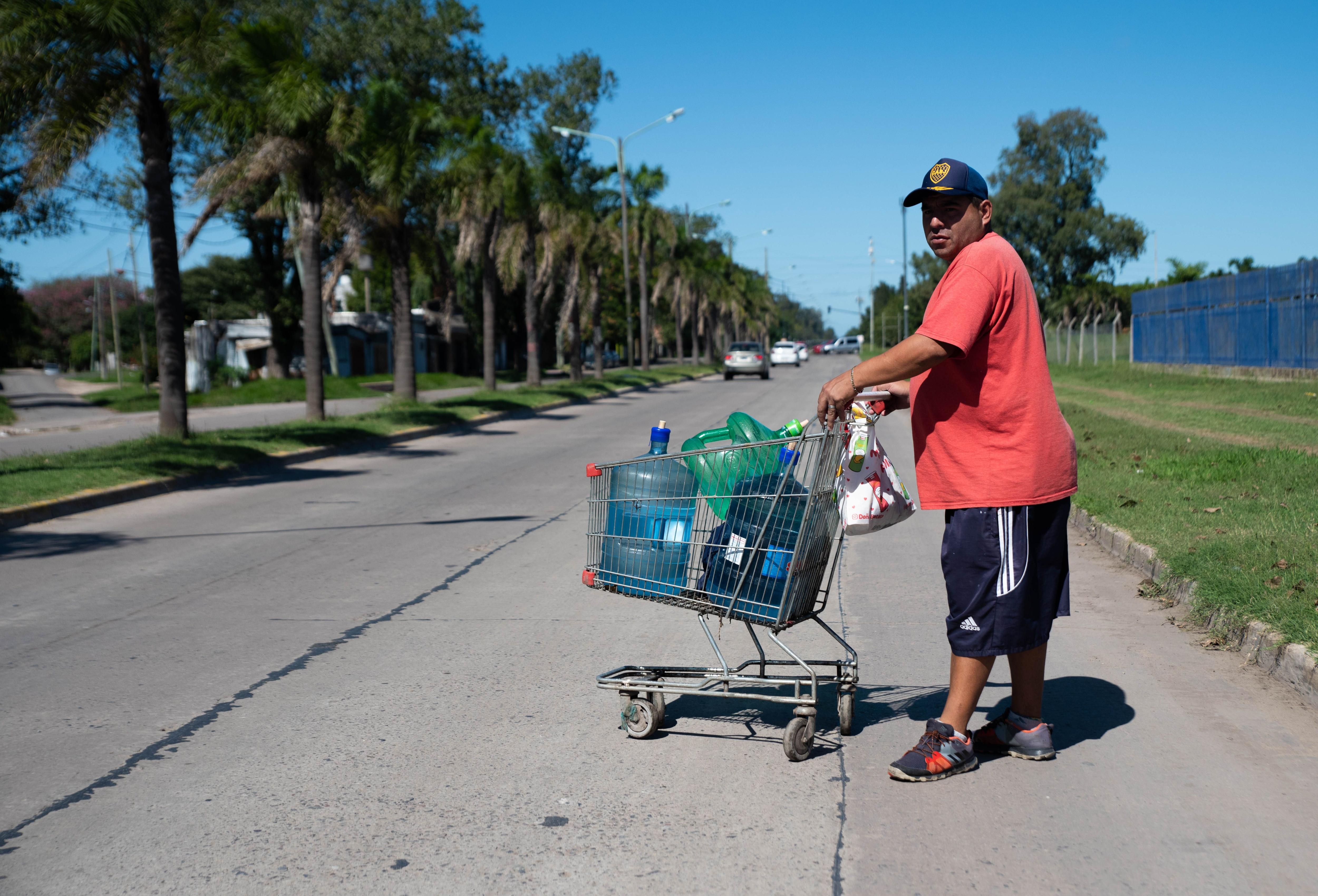 Un hombre que fue a las canillas a cargar sus recipientes de agua para llevar a su hogar (Franco Fafasuli)