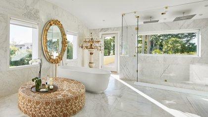 Una silla de Philippe Starck, una otomana mexicana, un espejo Luis XV y un candelabro de Peter Tunney en el baño principal (Photos by Benjamin Lozovsky and David Prutting for BFA)