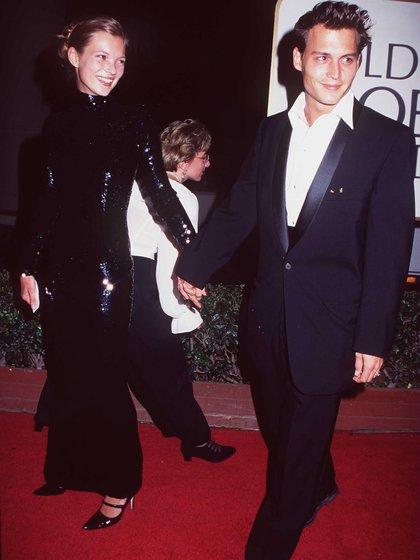 1995. Kate Moss y Johnny Depp en la entrega de los Golden Globes. Un amor de pasión y adicciones. Más tarde Moss declaró que él fue el gran amor de su vida (Getty Images)