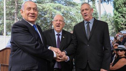 Netanyahu y Gantz junto al presidente Rouvin (EFE)
