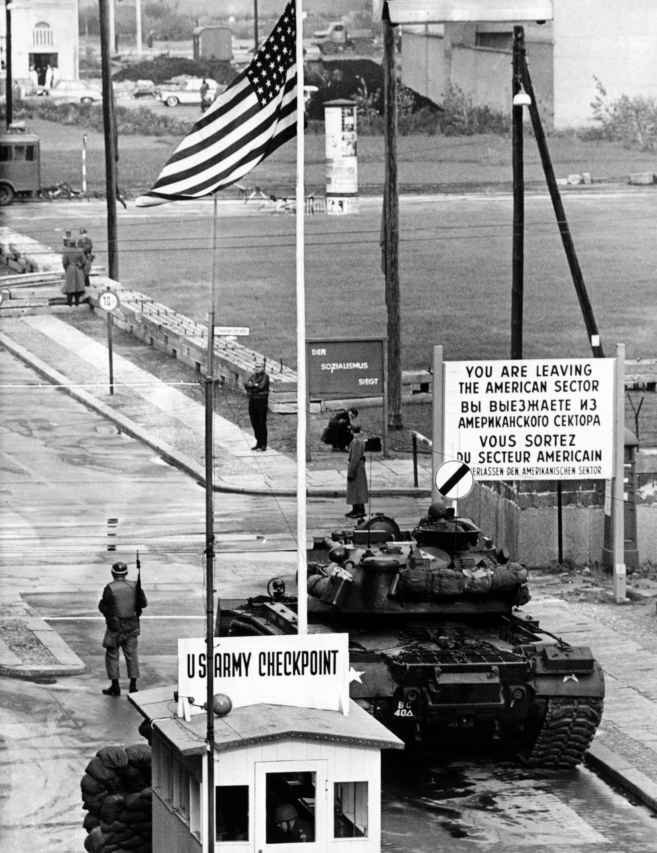 El puesto de control de Checkpoint Charlie en 1961