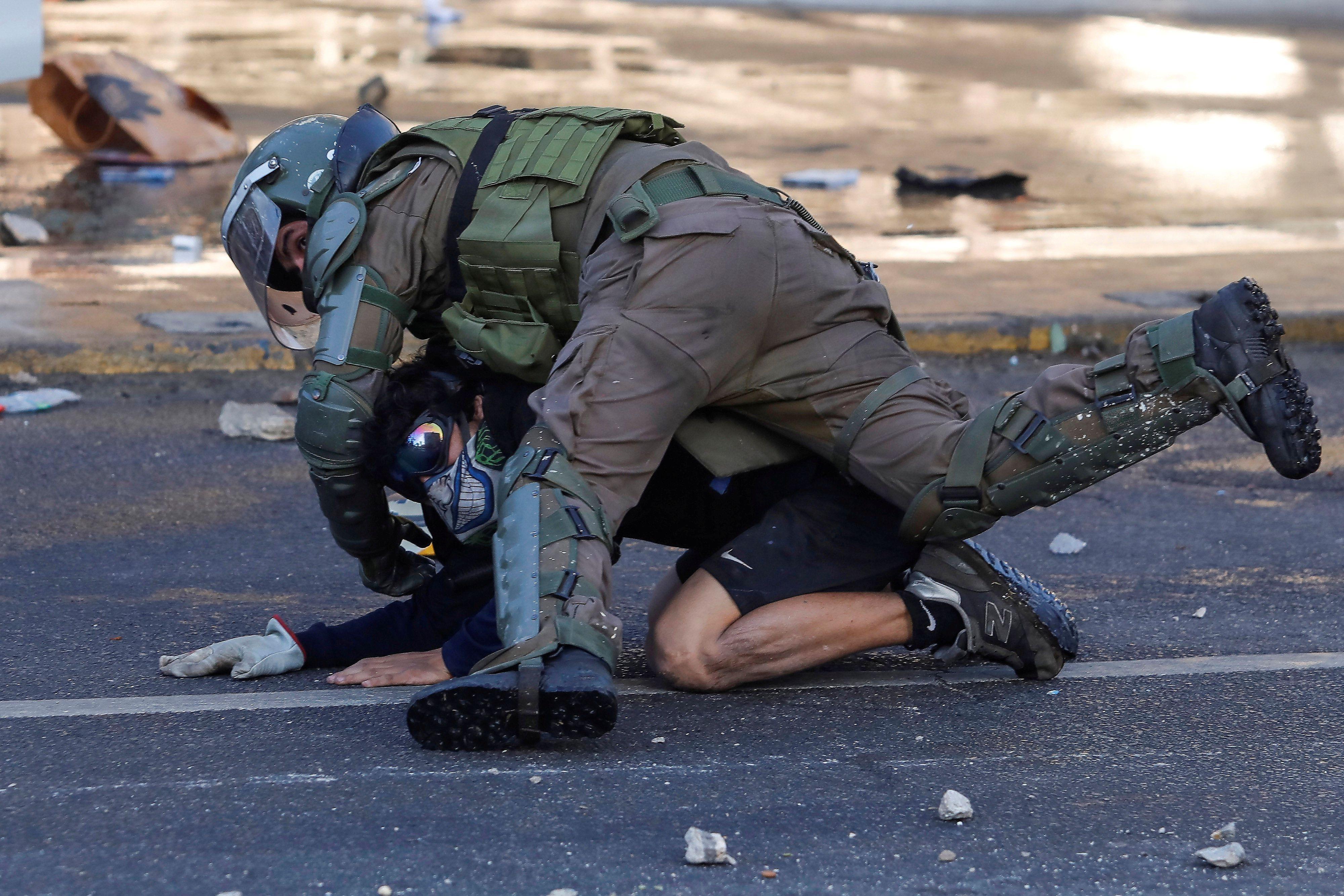 Un manifestante es detenido por un miembro de las fuerzas de seguridad durante una protesta contra el gobierno de Chile en Viña del Mar, (REUTERS / Leandro Torchio)