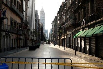 Una calle del centro de la Ciudad de México luce vacía, algo atípico en el corazón del país que se caracteriza por estar siempre llena de transeúntes  Foto: REUTERS/Henry Romero