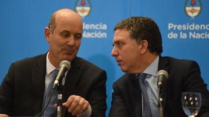 Sturzenegger y Dujovne, el jueves, al realizar el anuncio del acuerdo (Manuel Cortina)