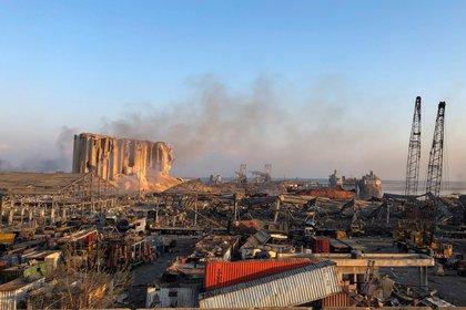 Así luce el puerto de Beirut tras la explosión en un depósito (REUTERS/Issam Abdallah)
