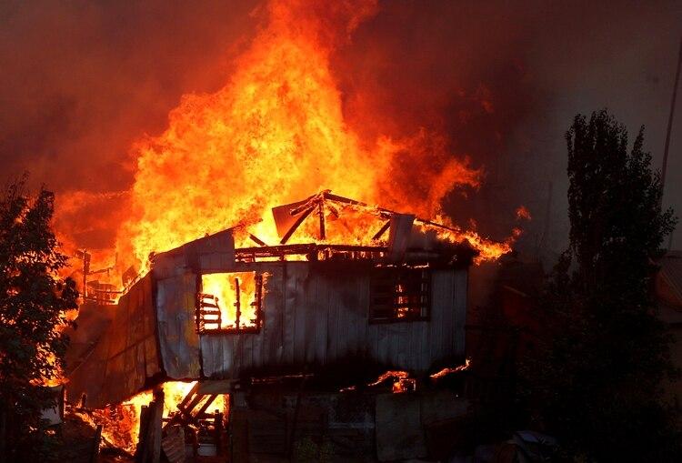 Una casa es consumida por las llamas en Valparaíso (Reuters)