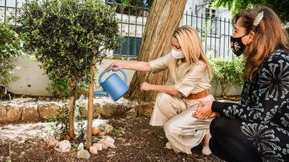 Fabiola regó el olivo que Scholas Ocurrentes plantó en Portugal en 2019