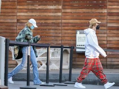 Justin Bieber y Hailey Baldwin intentaron pasar inadvertidos durante un día de compras navideñas en Maxfield, en West Hollywood. A pesar de haber llevado gorras, no pudieron evitar que la prensa los encontrara cuando salían del establecimiento