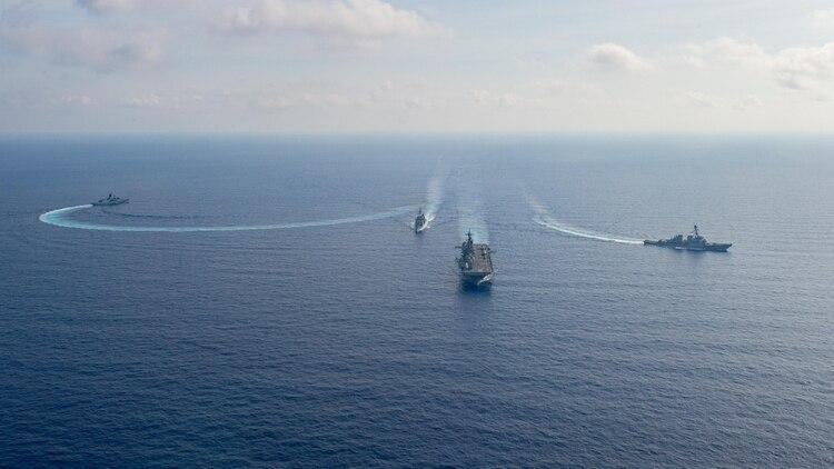 (LR) La fragata de helicópteros de la Armada Real Australiana HMAS Parramatta dirige las maniobras del oficial con el crucero de misiles guiados USS Bunker Hill, el buque de asalto anfibio USS America y el destructor de misiles guiados USS Barry en el Mar del Sur de China (Reuters)