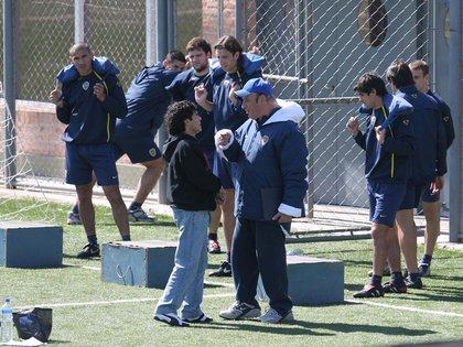Maradona (vicepresidente del departamento de fútbol de Boca) y Basile (entrenador) charlan durante un entrenamiento en 2005 (Fotobaires)