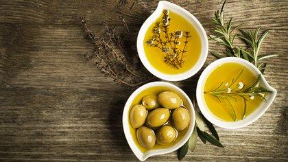 El aceite de oliva tiene múltiples beneficios para la salud (Shutterstock)