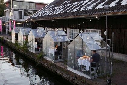"""Un restaurante con """"tiendas de cuarentena"""" en Amsterdam el 5 de mayo de 2020 (REUTERS/Eva Plevier)"""