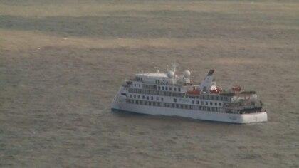 El gobierno uruguayo autorizó la llegada de un vuelo humanitario el jueves para evacuar a pasajeros australianos y neozelandeses del crucero anclado desde hace días frente a la costa de Montevideo, informó este martes la cancillería.