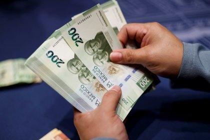 Una mujer muestra el nuevo billete de 200 pesos presentado durante un acto celebrado por el Banco de México, en Ciudad de México (México). EFE/ José Méndez/Archivo