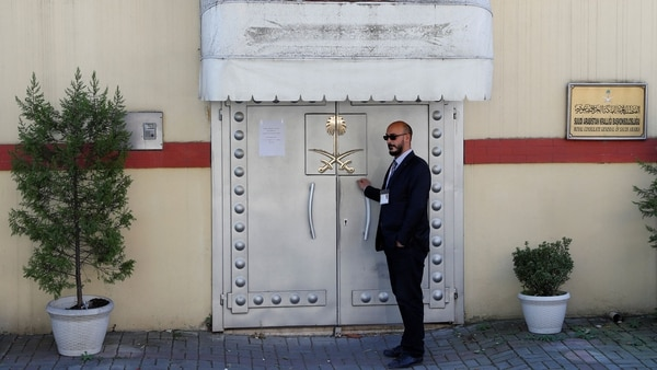 Un miembro de seguridad en la puerta del consulado de Arabia Saudita en Turquía (Reuters)