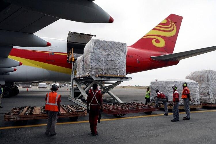 La llegada de material sanitario a Caracas a bordo de un avión chino(Reuters)