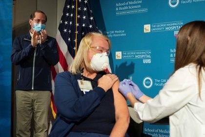 El secretario de Salud y Servicios Humanos Alex Azar aplaude que la enfermera administre la vacuna COVID-19 a uno de los primeros estadounidenses en recibir el medicamento