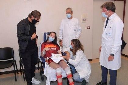 Francesco Totti se comprometió a volver a visitar el Policlinico Gemelli (REUTERS)