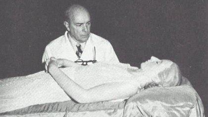 El doctor Pedro Ara, junto al cadáver embalsamado de Evita