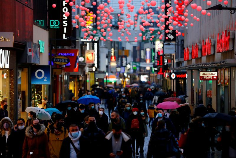FOTO DE ARCHIVO: Personas caminan por el distrito comercial de Hohe Strasse un día antes de que Alemania vuelva a un encierro total debido al brote de coronavirus, en Colonia, Alemania, 15 de diciembre de 2020. REUTERS/Thilo Schmuelgen