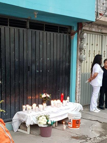 Altar frente al domicilio donde encontraron restos de mujeres víctimas de la pareja feminicida. (Foto: Especial Twitter)