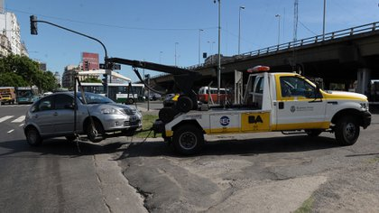 Los autos mal estacionados deben pagar el costo por acarreo y luego la multa