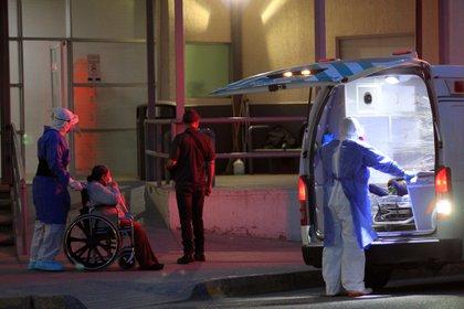 Dos trabajadores de la salud ingresan a una paciente covid-19 al Hospital General de Ciudad Juárez (México).  EFE/ Luis Torres