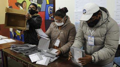 Una mesa de votación en Bolivia durante las elecciones presidenciales en las que se impuso Luis Arce  (JORGE BERNAL / AFP)