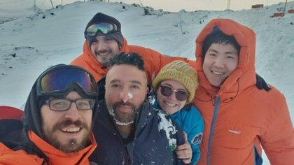 Jazmín con sus compañeros del Instituto Antártico Argentino: Francisco Pinto, Emmanuel Chang, Ignacio Carnevale y Jonathan Herrera